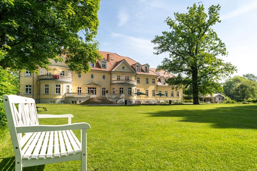 Kloster Saunstorf Ansicht von Park mit Bank